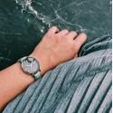 Montre femme bracelet gris clair fond noir